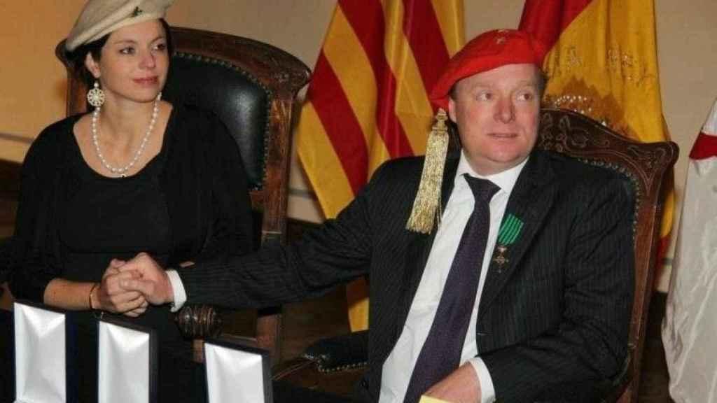 Carlos Javier de Borbón-Parma, junto a su esposa, la periodista holandesa Annemarie Gualthérie van Weezel.