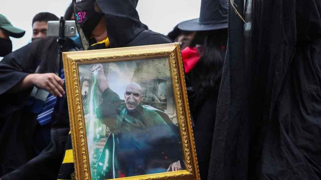 Protesta en contra de la monarquía en Bangkok con temática de Harry Potter.