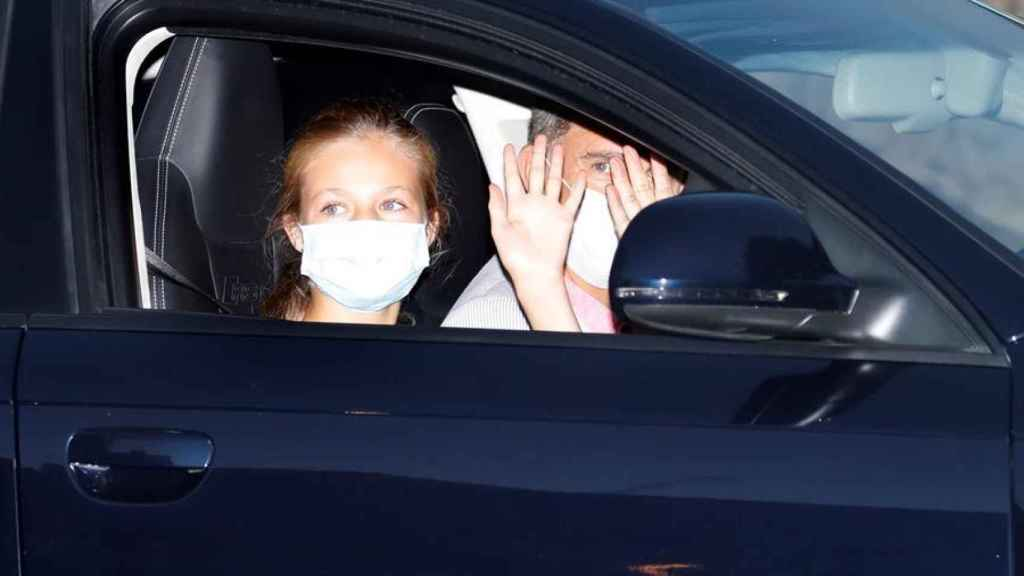 La infanta Leonor ocupando el asiento del copiloto en el coche conducido por su padre.
