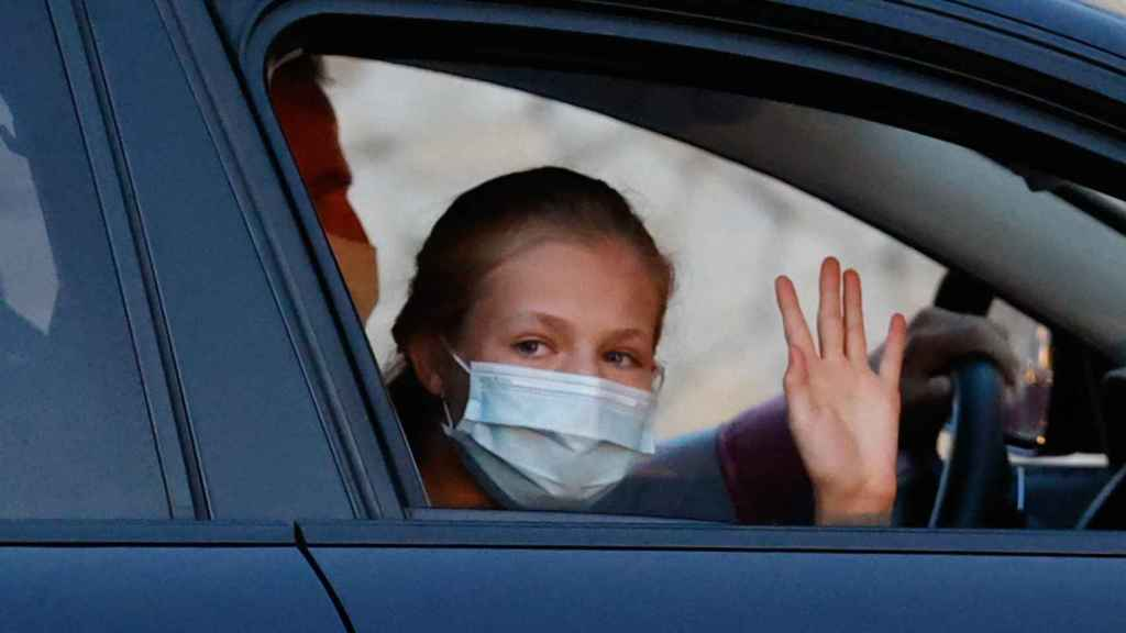 La princesa Leonor saludando a la prensa a su llegada a Marivent.