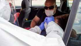 Un sanitario efectúa una prueba PCR en Aranda de Duero.
