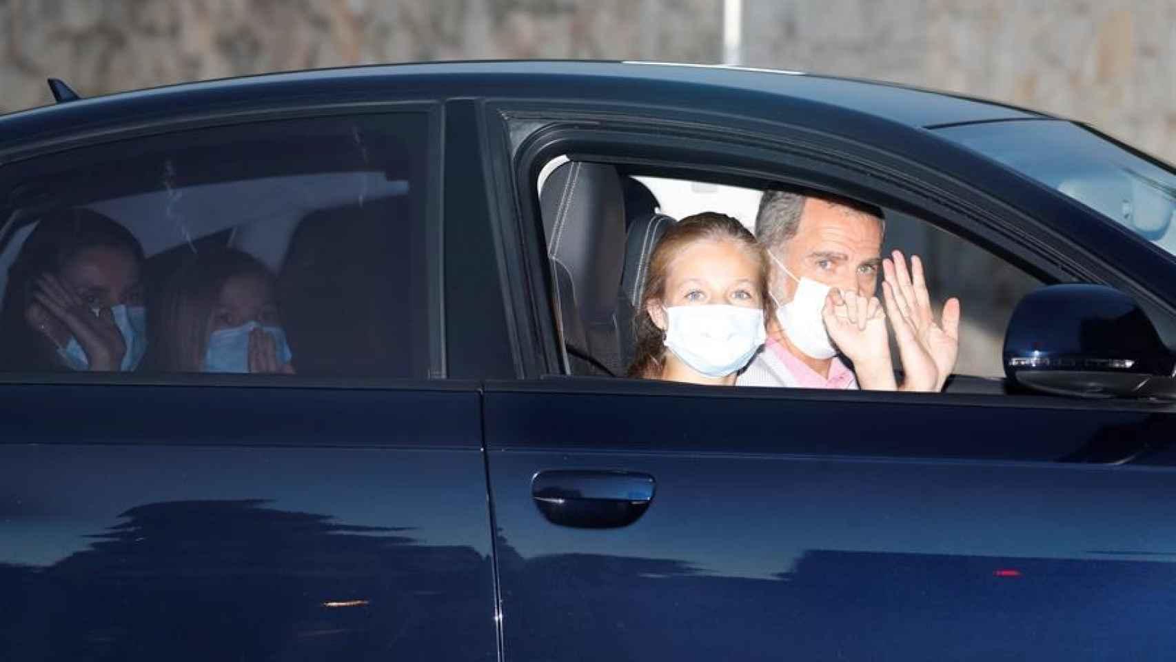 La llegada de los Reyes y sus hijas en coche al Palacio de Marivent, donde Leonor ocupa el lugar del copiloto.