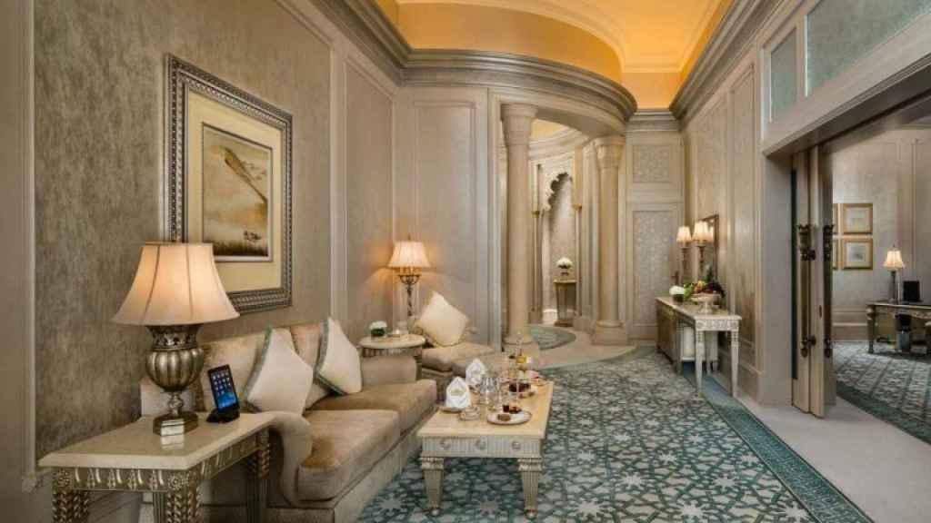 Las paredes de las habitaciones están decoradas con seda natural de la India.