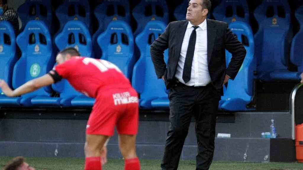 Sandoval da órdenes a los jugadores del Fuenlabrada