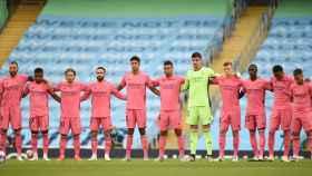 Los jugadores del Real Madrid durante el minuto de silencio por las víctimas de la Covid-19