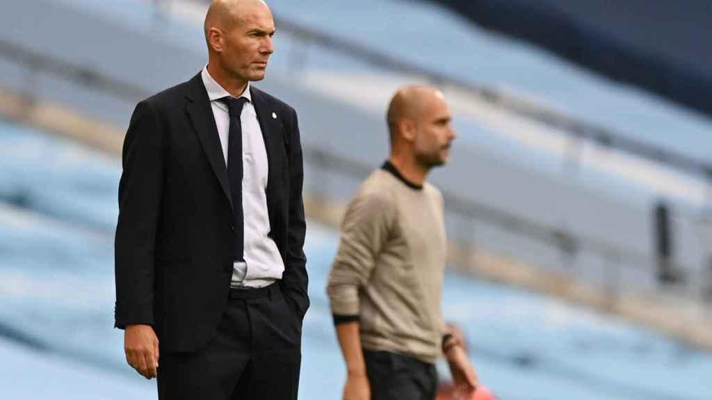 Zinedine Zidane y Pep Guardiola dan órdenes a sus jugadores desde la banda