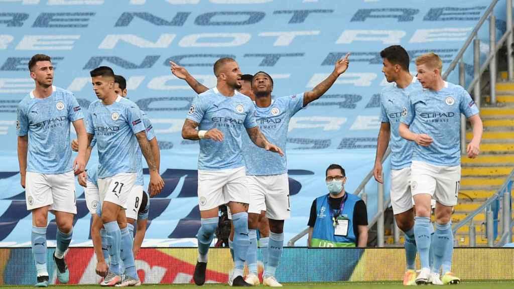 Los jugadores del Manchester City felicitan a Raheem Sterling por su gol al Real Madrid