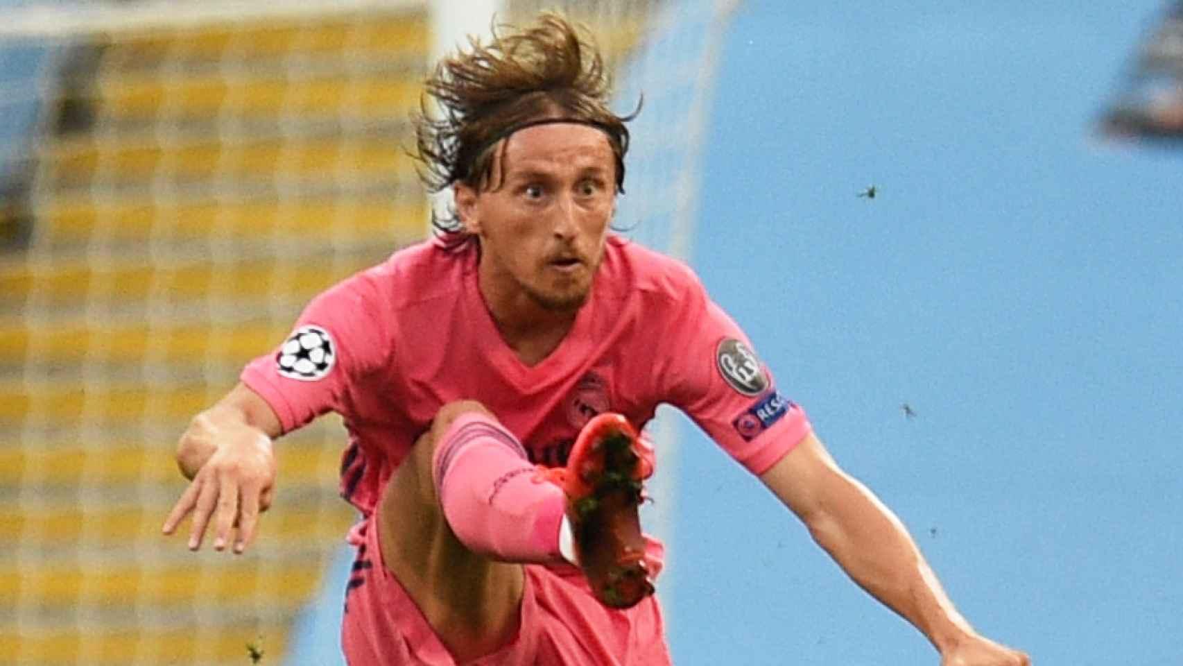 Luka Modric controla un balón muy alto