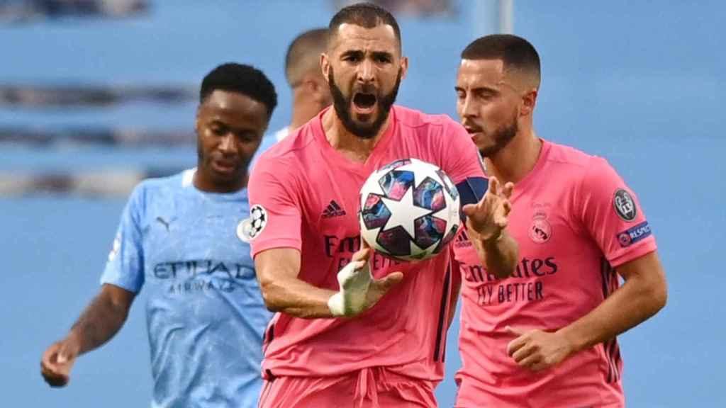 Benzema recoge el balón tras marcar y lo lleva hasta el medio campo