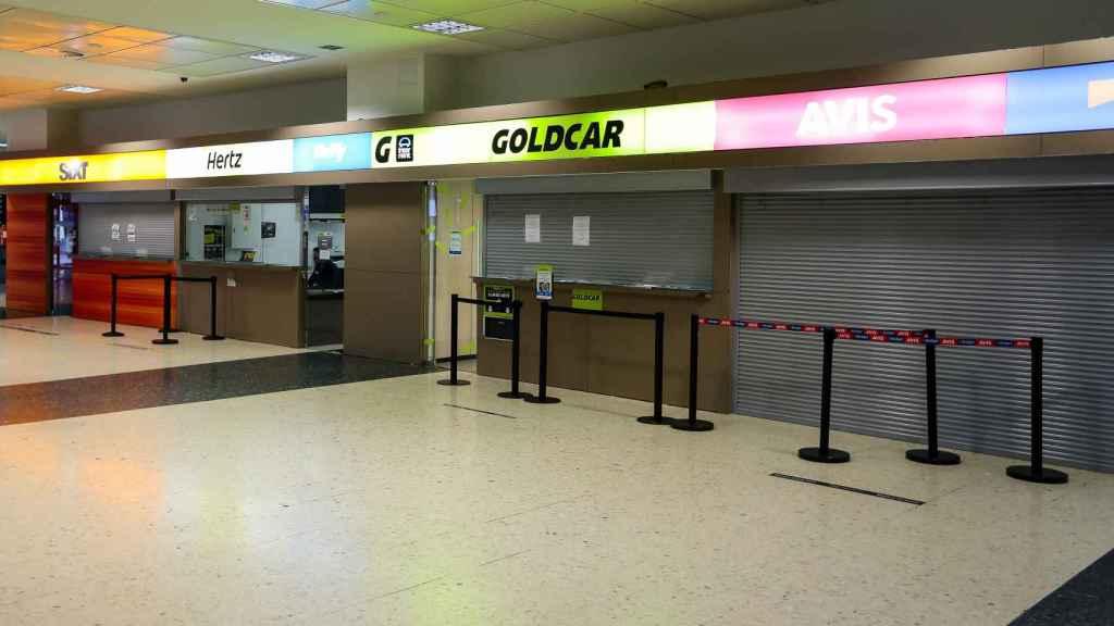 Imagen de varias compañías de alquiler de coches en el aeropuerto de Valencia.