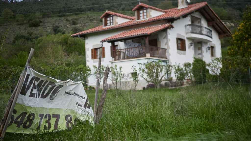 Cartel de se vende en una vivienda de Navarra.