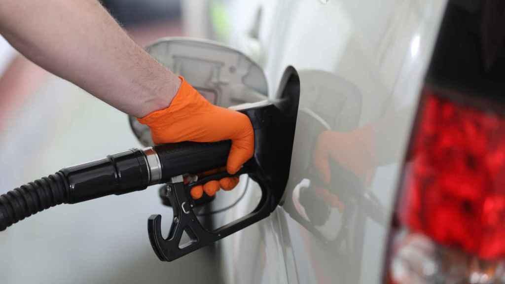 Imagen de un usuario repostando combustible en un vehículo.