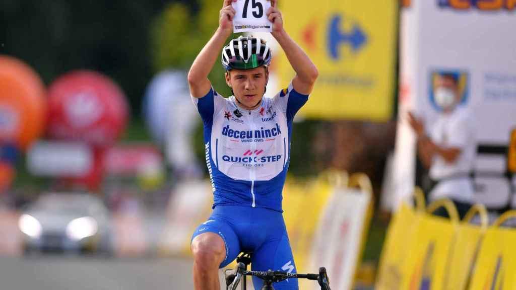 Remco Evenepoel enseña el dorsal de Fabio Jakobsen en su victoria en la Vuelta a Polonia