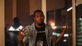 Kevin Durant posando con sus anillos