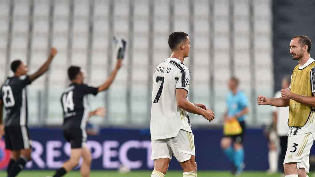 Cristiano Ronaldo consolado por Chiellini tras la derrota de la Juventus