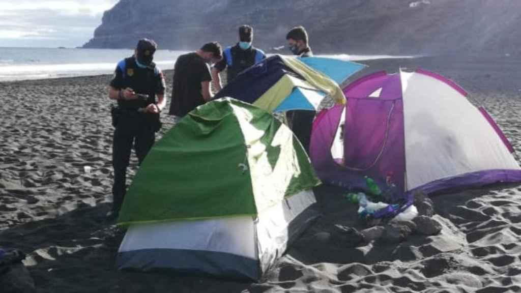 La Policía pide la documentación a varios campistas en la playa de Los Patos, en Tenerife.