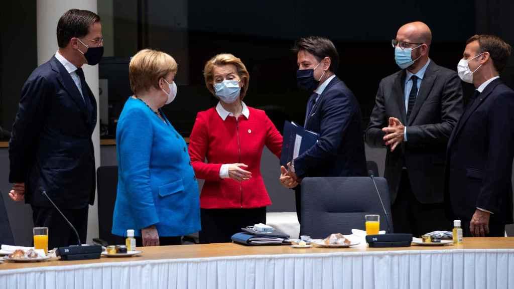 El primer ministro italiano, Giuseppe Conte, junto a Mark Rutte, Angela Merkel y Ursula von der Leyen en Bruselas.
