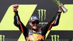 Brad Binder celebra su victoria en el Gran Premio de la República Checa, en el circuito de Brno.