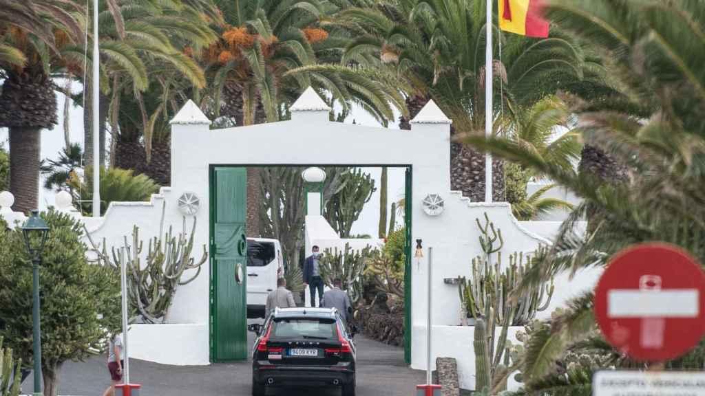 La comitiva de Pedro Sánchez a su llegada a la residencia de Lanzarote.