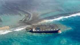 Imagen de barco encallado en el agua de la Isla Mauricio.