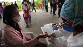 Una chica se hace la prueba del coronavirus en Sao Paulo, Brasil, el segundo país del mundo más afectado.