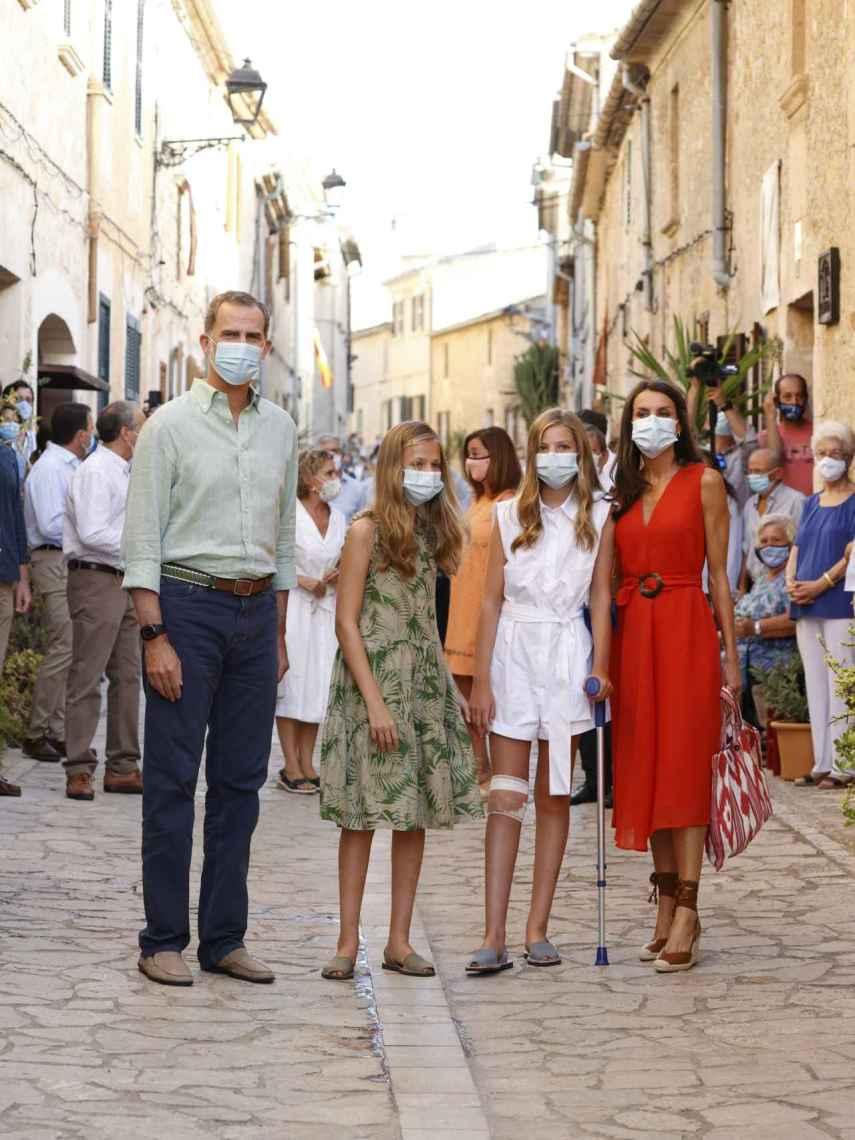 Los Reyes junto a sus hijas por las calles de Mallorca.