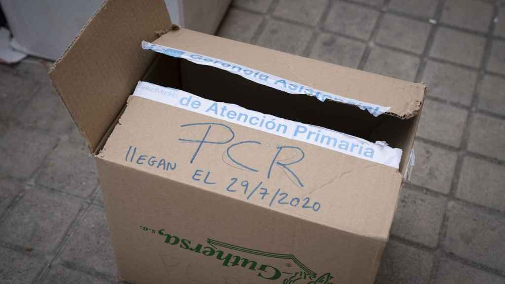 Caja que contenía varias pruebas PCR.