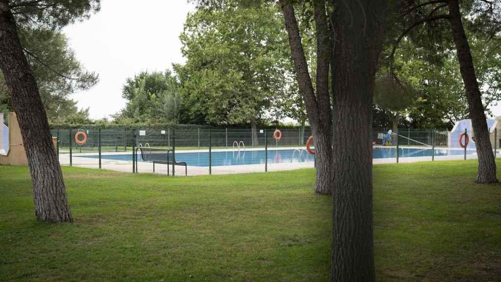 A pesar de su capacidad para 50 personas, la piscina luce completamente vacía.