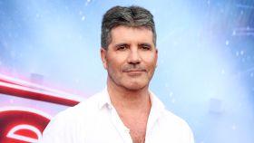 Simon Cowell se rompe la espalda en un accidente.