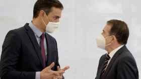 El presidente del Gobierno, Pedro Sánchez, con el presidente de la FEMP, Abel Caballero, en una imagen de archivo.