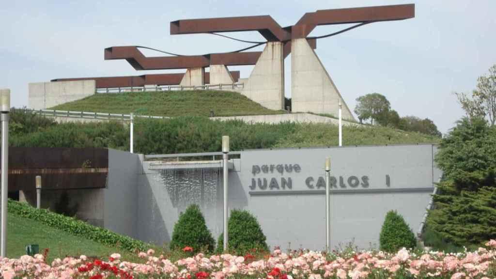 Una de las entradas al parque Juan Carlos I de Madrid.