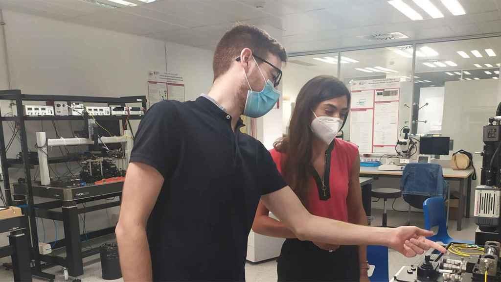 Dos de los miembros de iPronics en su laboratorio.