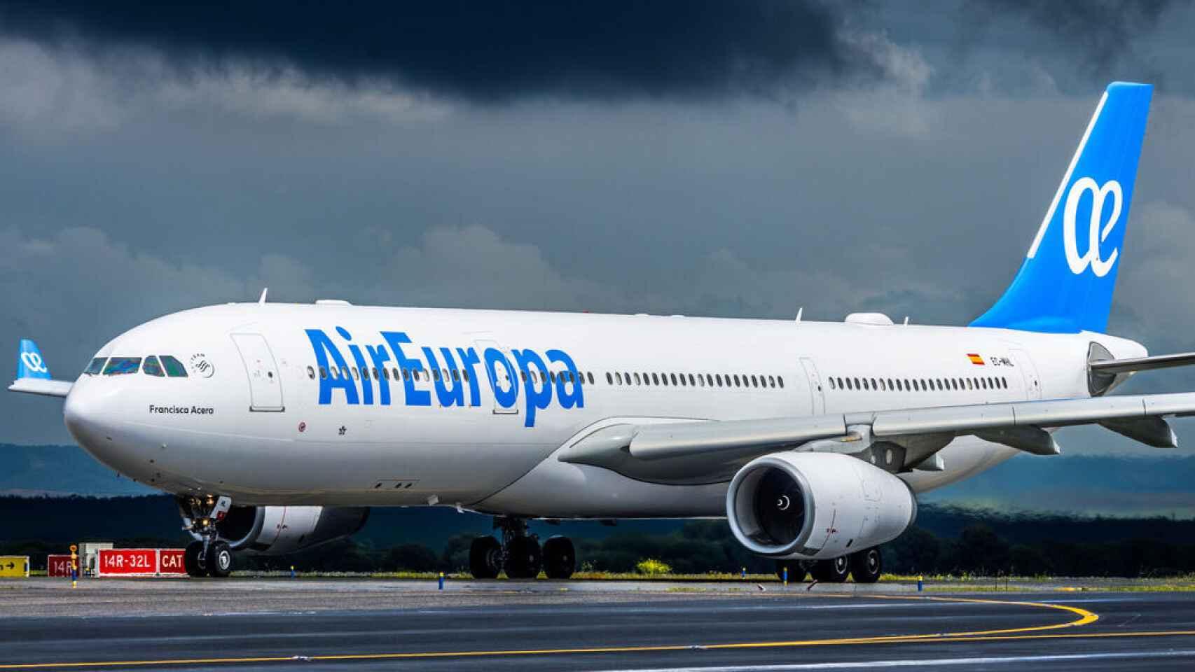 Un avión de Air Europa en un aeropuerto.