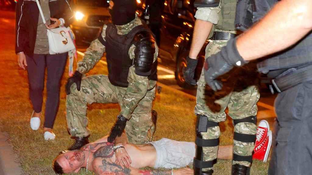 La detención de un manifestante durante las manifestaciones.