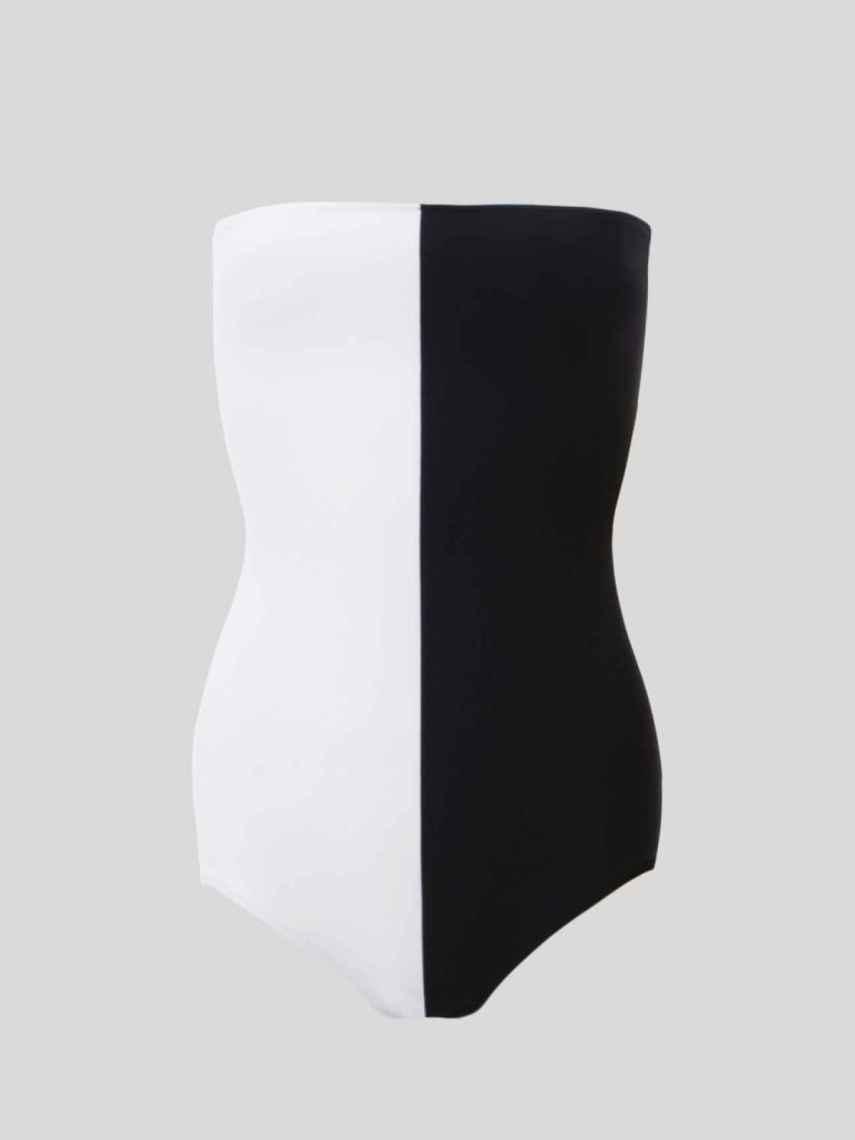 Este diseño de bañador bicolor , estiliza y potencia el bronceado.