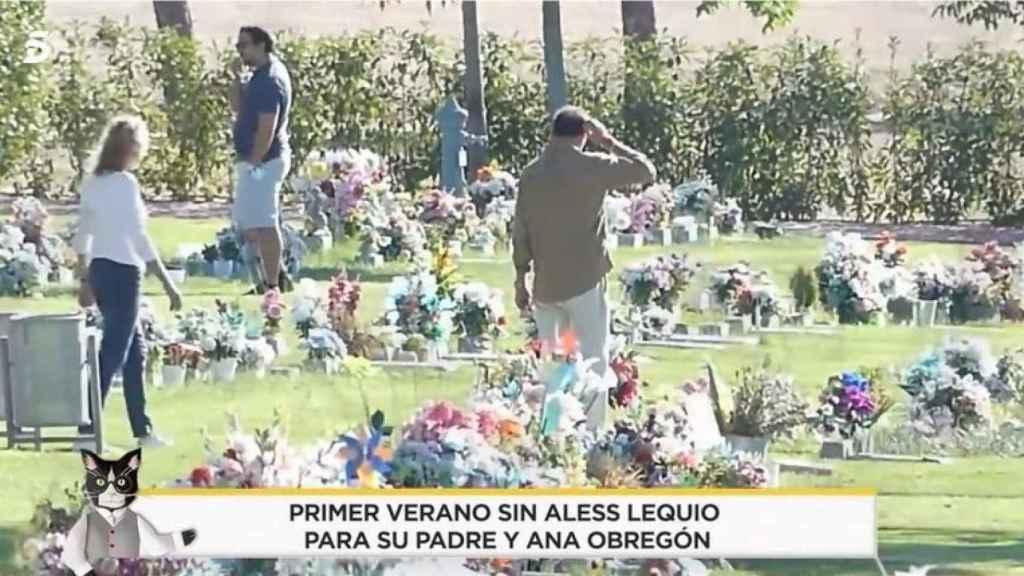 Alessandro Lequio, desolado en el cementerio frente a la tumba de su hijo.