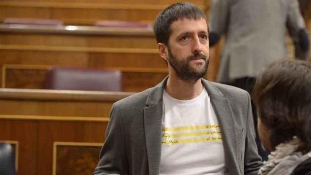Juanma del Olmo, en el Congreso, con una camiseta de los 'papeles de Bárcenas'.