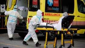 Sanitarios trabajando cerca de la unidad de urgencias del hospital 12 de Octubre.