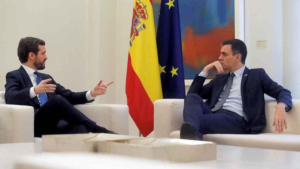 El presidente del Gobierno, Pedro Sánchez, en una reunión con el líder del PP, Pablo Casado.