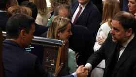 Oriol Junqueras saluda a Pedro Sánchez en el Congreso de los Diputados.