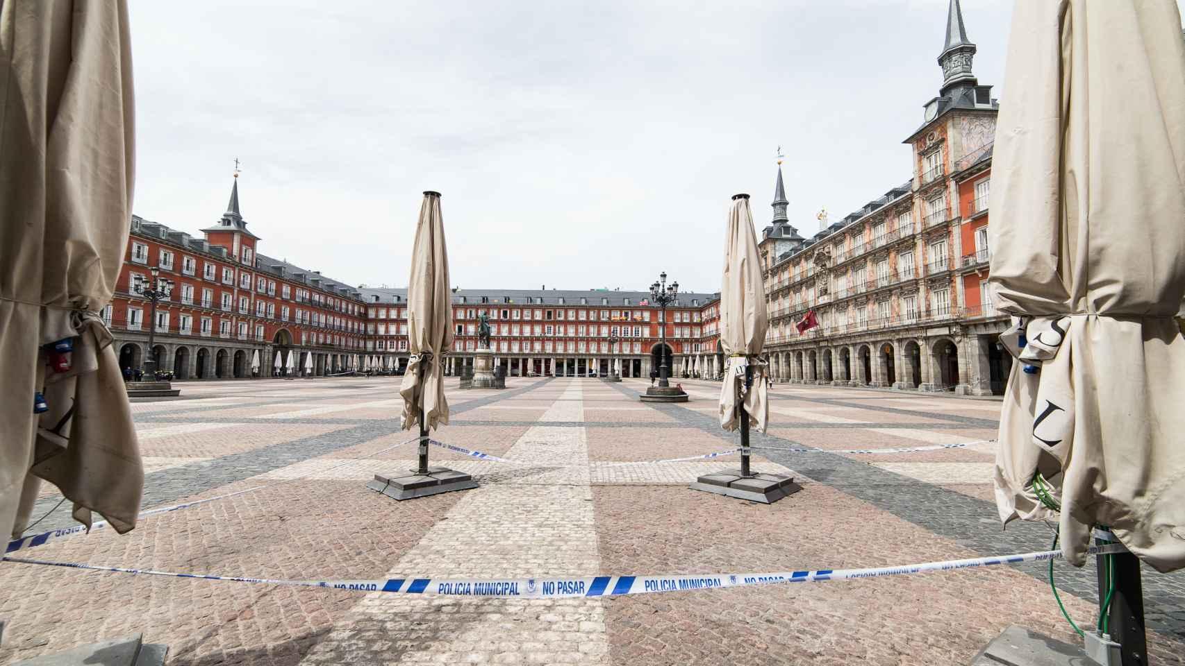 Terrazas y comercios cerrados en la Plaza Mayor de Madrid.
