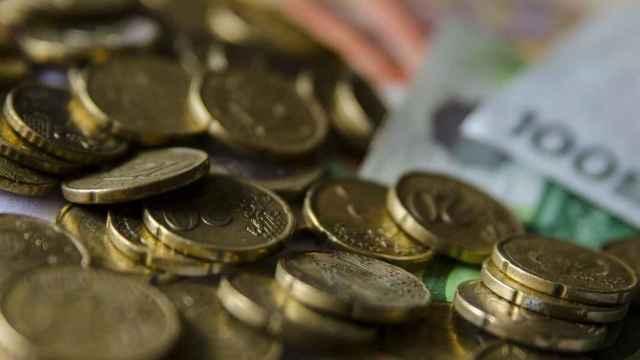Monedas y billetes de euro de distintas denominaciones.