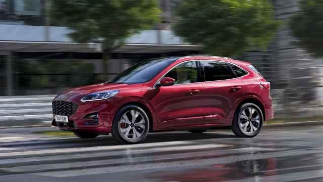 Imagen del nuevo Ford Kuga PHEV, un coche híbrido enchufable que se fabrica en España.