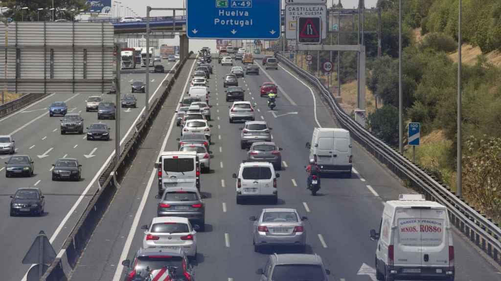 Imagen de una carretera con un tráfico notable.