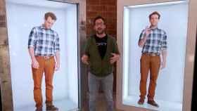 Un par de cabinas de hologramas y un humano de carne y hueso.