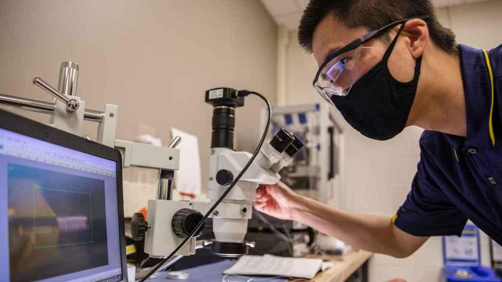 Evgueni Filipov en el laboratorio de la Universidad de Michigan