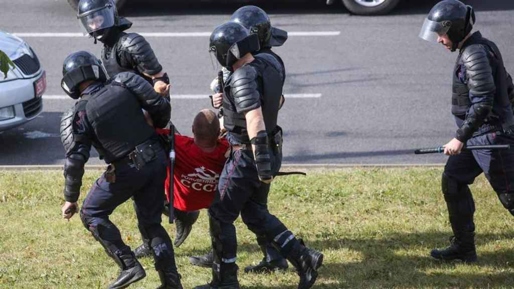 La policía detiene a un manifestante.