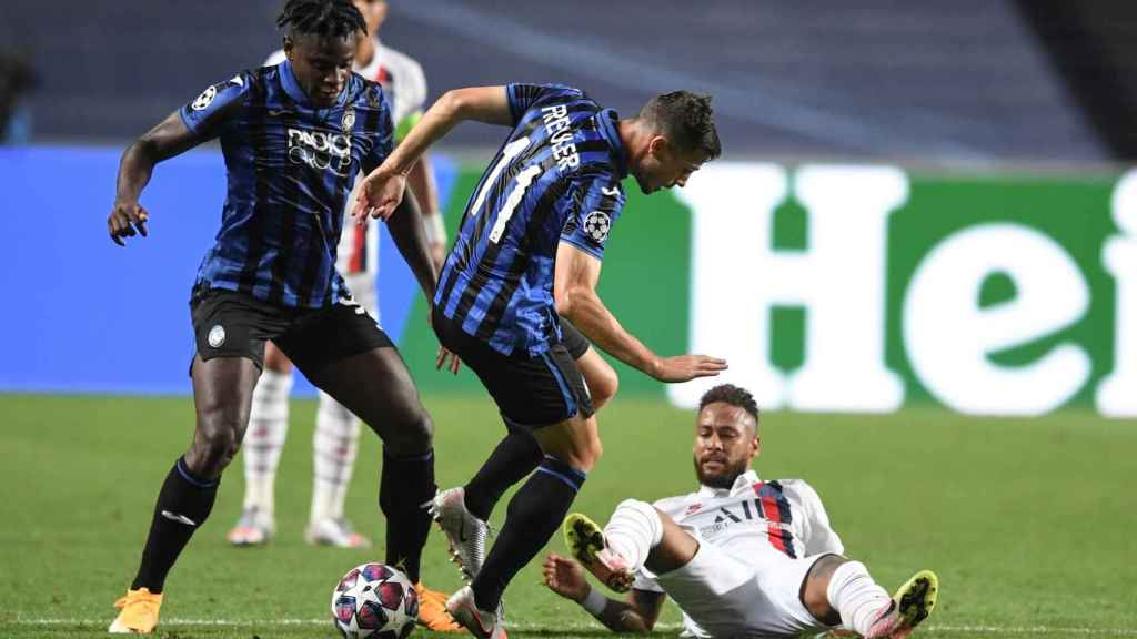 Neymar, en el suelo tras una pugna con los jugadores de la Atalanta