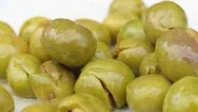 Varias aceitunas verdes preparadas para picar.