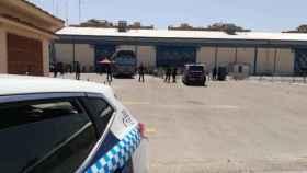 Imagen del traslado de los temporeros desde el IFAB. Foto: Policía Local